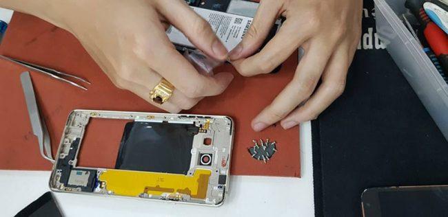 Thay pin Samsung A8 2018 chính hãng có bảo hành